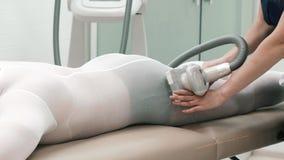 Конец-вверх женского Masseur делая массаж Lpg к неопознанному человеку видеоматериал