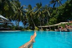 Конец-вверх женской ноги в открытом море на тропическом пляже Праздники каникулы стоковое фото rf