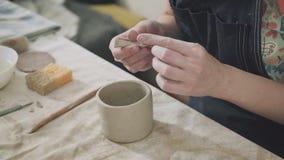 Конец-вверх женщины вручает гончара женщины ceramist делая кружку глины акции видеоматериалы