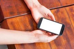 Конец-вверх женщины вручает держать smartphone пустой экран Стоковое Изображение RF