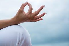 Конец-вверх женщины выполняя йогу Стоковое фото RF