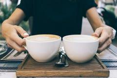 Конец-вверх женщины держа руки 2 чашки кофе Стоковое фото RF