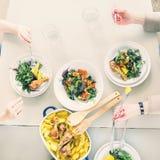 Конец-вверх женщины имея обедающий с зажаренный в духовке chiken при картошка, который служат с зеленым салатом Стоковые Изображения RF