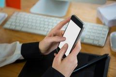 Конец-вверх женщины используя мобильный телефон Стоковые Изображения