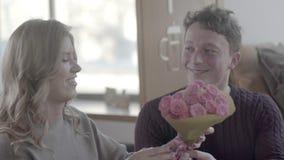 Конец-вверх женщины получает букет розовых цветков как подарок видеоматериал