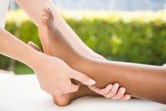 Конец-вверх женщины получая массаж ноги Стоковые Изображения
