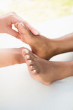 Конец-вверх женщины получая массаж ноги Стоковые Изображения RF