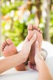 Конец-вверх женщины получая массаж ноги Стоковые Фотографии RF
