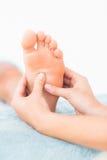 Конец-вверх женщины получая массаж ноги Стоковое Фото