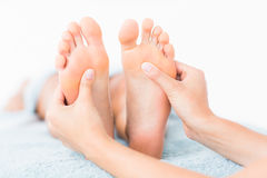 Конец-вверх женщины получая массаж ноги Стоковое Изображение