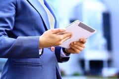 Конец-вверх женщины работая с цифровой таблеткой Стоковое Изображение RF