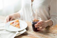 Конец вверх женщины с питьем пиццы и кока-колы Стоковое фото RF
