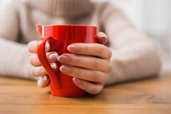 Конец-вверх женщины с чашкой горячего питья Стоковое фото RF