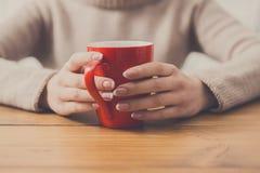 Конец-вверх женщины с чашкой горячего питья Стоковое Изображение RF