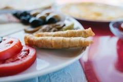 Конец-вверх Завтракают на плите состоя из томата, сыра, крена, черных и зеленых оливок и баклажана Стоковая Фотография
