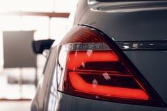 Конец-вверх заднего света современного автомобиля Оптика приведенная автомобиля стоковые фотографии rf
