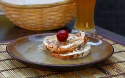 Конец вверх замариновал мягкие сыр и пиво камамбера стоковая фотография rf