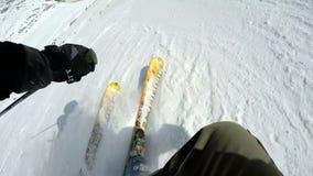Конец-вверх замедленного движения лыж высекая через наклон лыжи видеоматериал