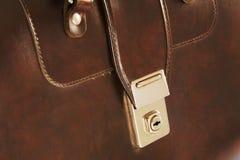 Зафиксируйте на кожаном портфеле дела Стоковая Фотография