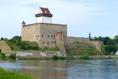 Конец-вверх замка Хермана на пасмурный день в августе Narva, Эстония стоковое фото rf