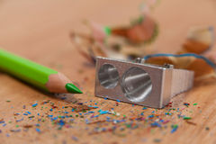 Конец-вверх заточника и покрашенного карандаша с shavings Стоковые Фотографии RF