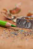 Конец-вверх заточника и покрашенного карандаша с shavings Стоковые Изображения