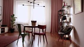 Конец-вверх зеленых кувшина, чашки чая и печений помещенного на таблице в th сток-видео