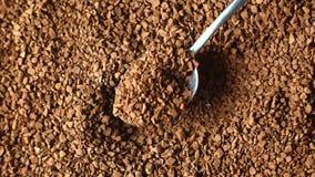 Конец-вверх земного кофе, высыпание сток-видео