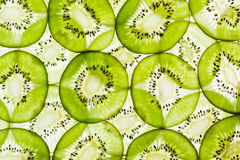 Конец-вверх зеленого куска плодоовощ кивиа на белой предпосылке Стоковые Фотографии RF