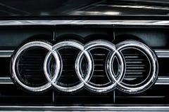 Конец-вверх знака автомобиля Audi Стоковые Изображения RF