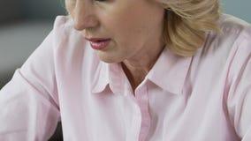Конец-вверх зрелой стороны женщины зевая на рабочем месте, недостаток сна, утомлял видеоматериал
