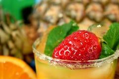 Конец-вверх зрелых клубники и мяты в стекле с оранжевым питьем Стоковое Изображение RF
