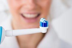 Конец-вверх зубной щетки с зубной пастой Стоковая Фотография RF
