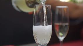 Конец-вверх игристого вина женской руки лить белого в стекло видеоматериал