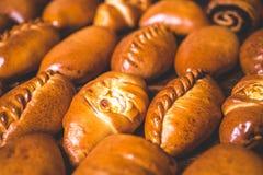 Конец-вверх испеченных пирогов украшенных с соткать Стоковые Изображения RF