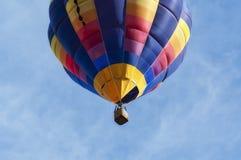 Конец-вверх использующего горячего воздух воздушного шара от низкого угла Стоковая Фотография