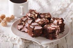 Конец-вверх и кофе дороги десерта шоколада скалистый на таблице H Стоковые Изображения