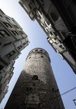 Конец-вверх и стрельба башни Galata от дна Истинные цвета стоковое изображение