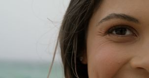 Конец-вверх кавказского положения женщины на пляже 4k видеоматериал