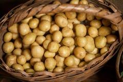 Конец-вверх картошек в плетеной корзине Стоковые Фотографии RF