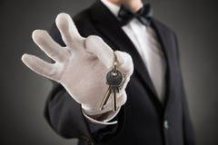 Конец-вверх кельнера держа ключи Стоковая Фотография RF