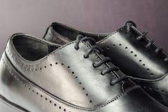 Конец-вверх классических черных кожаных ботинок ` s людей Стоковые Изображения