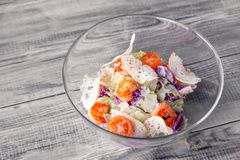 Конец-вверх классического салата цезаря с зажаренными креветками, салата айсберга, гренков, томатов, китайской капусты r стоковое изображение rf