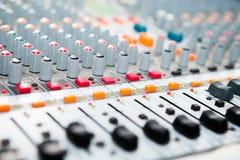 Конец-вверх кнопки смесителя музыки, устанавливая инструменты регулировки тома Стоковые Изображения RF