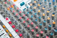 Конец-вверх кнопки смесителя музыки, устанавливая инструменты регулировки тома Стоковая Фотография RF