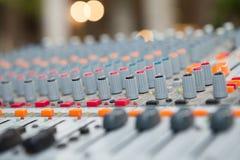 Конец-вверх кнопки смесителя музыки, устанавливая инструменты регулировки тома Стоковые Фотографии RF