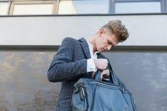 Конец-вверх кожаного портфеля в руках ` s человека Нижний взгляд Стоковое фото RF
