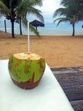 Конец-вверх кокоса на таблице пляжем Стоковые Изображения RF