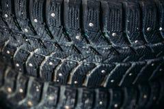 Конец-вверх колеса автомобиля, автошины зимы с железными шипами Стоковые Фотографии RF