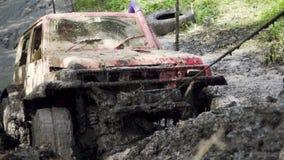 Конец-вверх колеса автомобиля вставленного в грязных воде и грязи Колесо поворачивает, но оно беспомощно электрические тяги ворот сток-видео